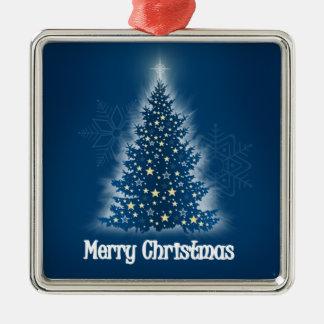 Árbol de navidad que brilla intensamente con las ornamente de reyes
