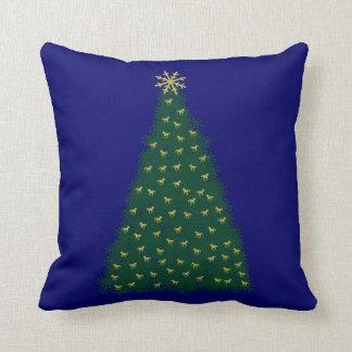Árbol de navidad verde, caballos corrientes del almohada