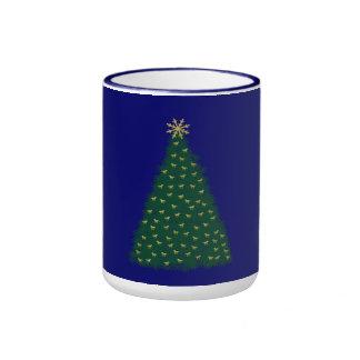 Árbol de navidad verde, caballos corrientes del taza de café