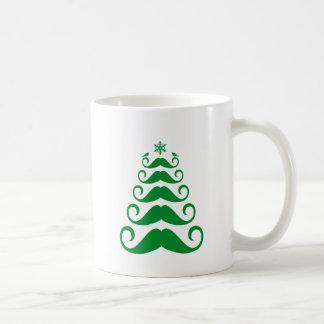 Árbol de navidad verde del bigote taza clásica