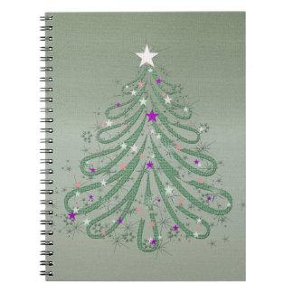 Árbol de navidad verde hermoso con las estrellas libretas espirales
