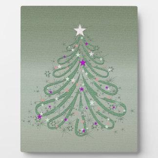 Árbol de navidad verde hermoso con las estrellas placas con fotos