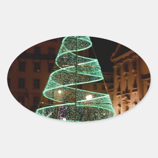 Árbol de navidad verde iluminado etiqueta