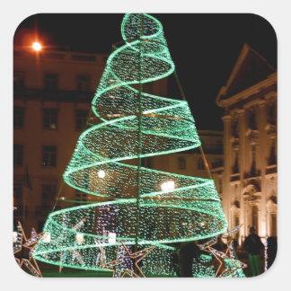 Árbol de navidad verde iluminado pegatina cuadrada