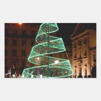 Árbol de navidad verde iluminado pegatina rectangular
