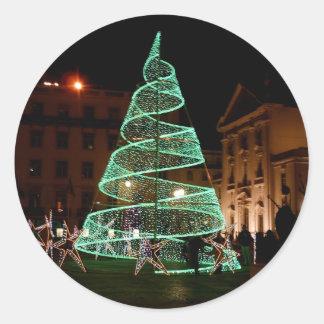 Árbol de navidad verde iluminado pegatina redonda