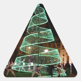 Árbol de navidad verde iluminado pegatina triangular