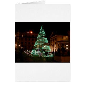 Árbol de navidad verde iluminado tarjeta de felicitación