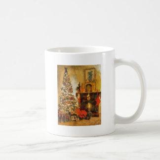 Árbol de navidad y chimenea viejos de la moda taza de café