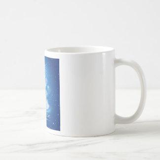Árbol de navidad y luz sobre fondo azul tazas de café
