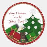 Árbol de navidad y presentes etiqueta redonda