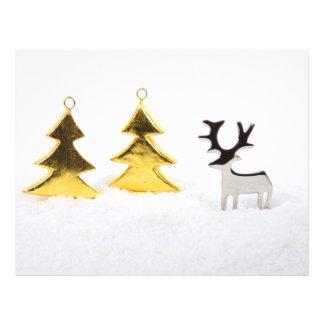 Árbol de navidad y reno del metal en la nieve tarjeta publicitaria