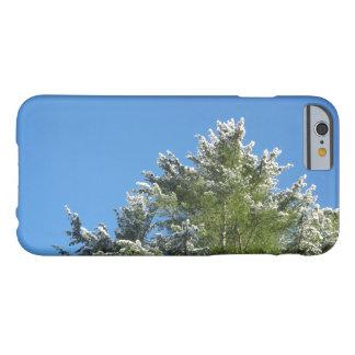 Árbol de pino Nevado en el caso del iPhone 6 del Funda Barely There iPhone 6