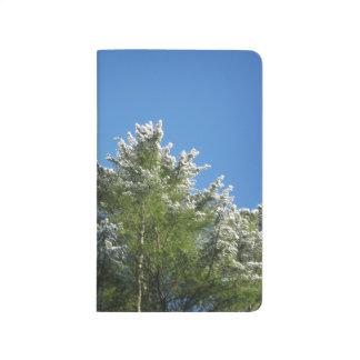 árbol de pino Nieve-inclinado en el cielo azul Cuaderno Grapado