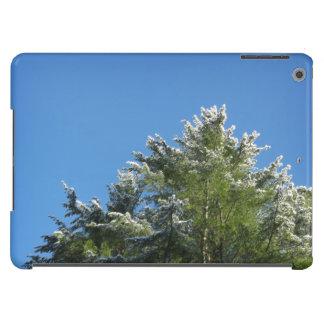 árbol de pino Nieve-inclinado en el cielo azul Funda iPad Air