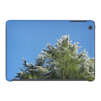 árbol de pino Nieve-inclinado en el cielo azul Fundas De iPad Mini