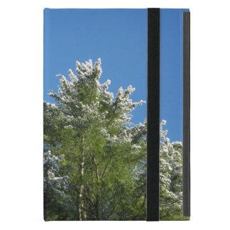 árbol de pino Nieve-inclinado en el cielo azul iPad Mini Cobertura