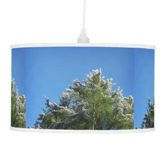 árbol de pino Nieve-inclinado en el cielo azul Lámpara De Techo