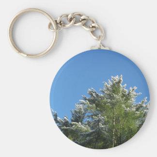 árbol de pino Nieve-inclinado en el cielo azul Llavero Redondo Tipo Pin