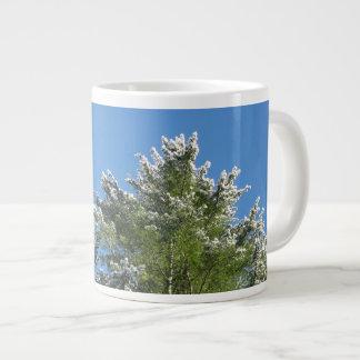 árbol de pino Nieve-inclinado en el cielo azul Taza De Café Grande