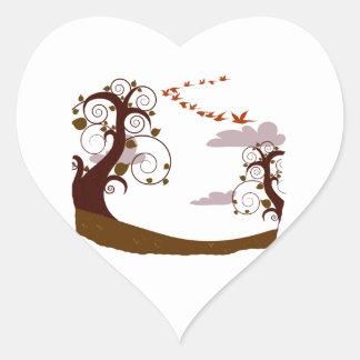 Árbol de Swirly con los pájaros de vuelo gráficos Pegatina En Forma De Corazón