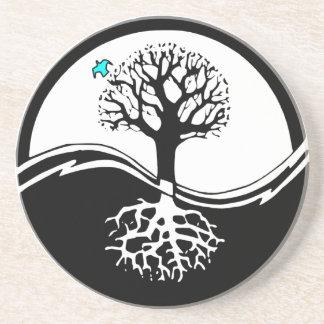 Árbol de Yin Yang del negro y del blanco de la Posavasos De Arenisca