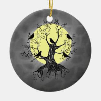 Árbol del cuervo con la luna adorno navideño redondo de cerámica