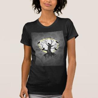 Árbol del cuervo con la luna playera