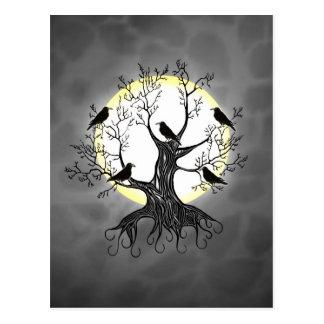 Árbol del cuervo con la luna postal