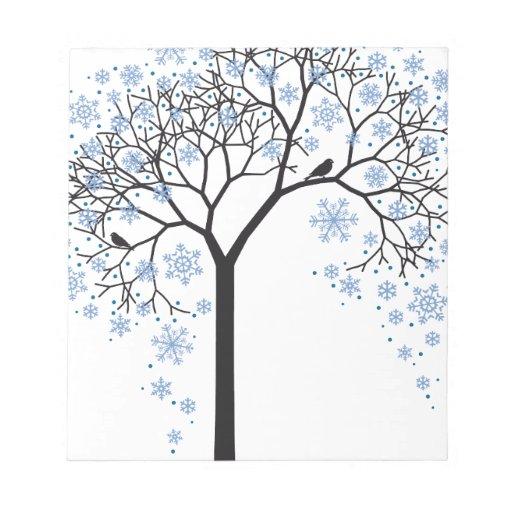 Árbol del invierno con los copos de nieve y los pá blocs