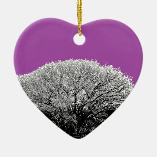 Árbol del invierno con púrpura adorno navideño de cerámica en forma de corazón