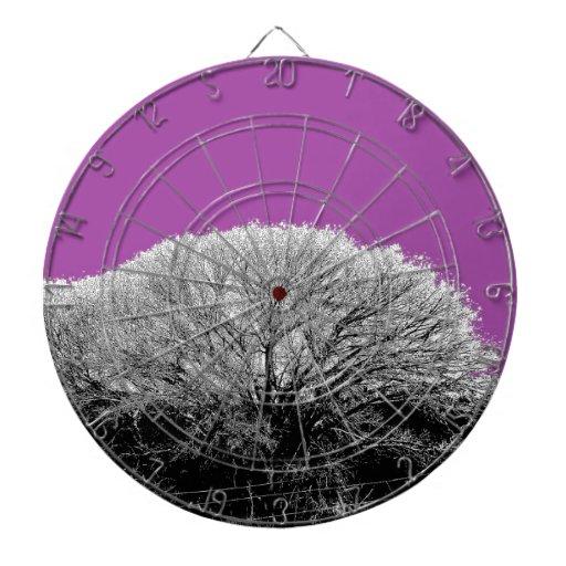 Árbol del invierno con púrpura tablero de dardos