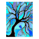 Árbol del invierno en azul postal