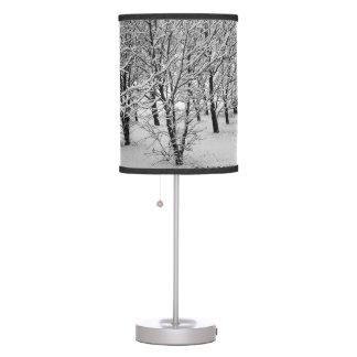 Árbol del invierno, lámpara blanco y negro