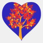 Árbol del otoño pegatina en forma de corazón