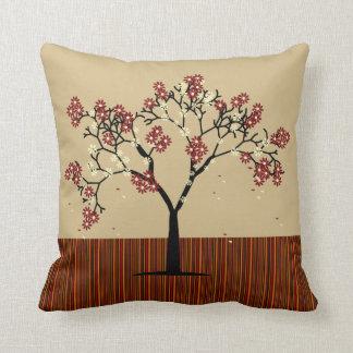 Árbol del otoño y almohada de tiro de las rayas