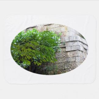 árbol delante del edificio azteca de la reproducci mantitas para bebé