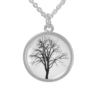 Árbol deshojado en silueta del invierno collares de plata esterlina