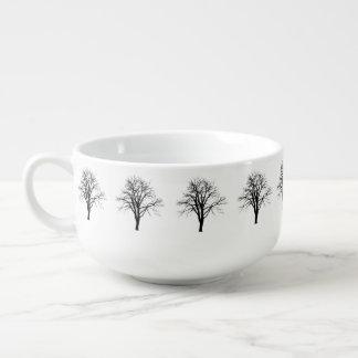 Árbol deshojado en silueta del invierno tazón para sopa