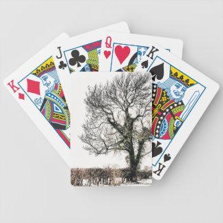 Árbol desnudo en la nieve baraja cartas de poker
