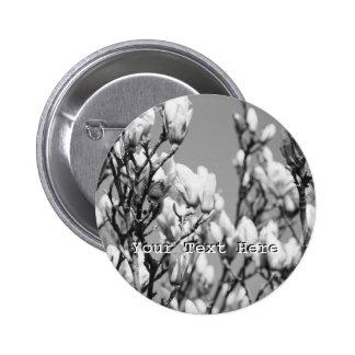 Árbol elegante blanco y negro de la magnolia pin redondo 5 cm