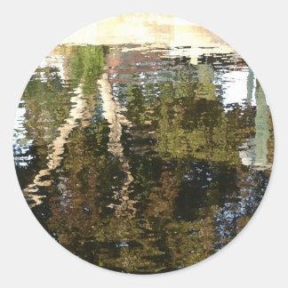 Árbol en el canal pegatina redonda