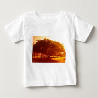 Árbol en el parque t-shirts