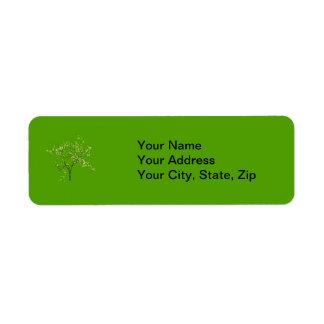 Árbol en fondo verde etiqueta de remite