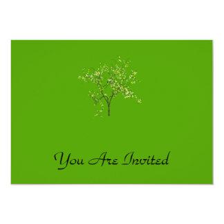 Árbol en fondo verde invitación 12,7 x 17,8 cm