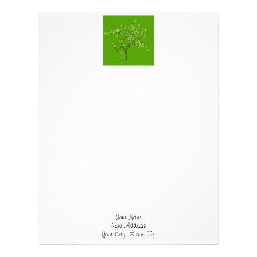 Árbol en fondo verde plantilla de membrete