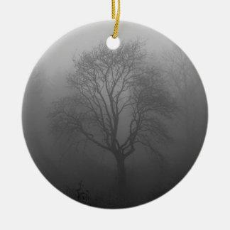 Árbol en la niebla adorno navideño redondo de cerámica