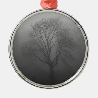 Árbol en la niebla adorno navideño redondo de metal