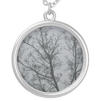 Árbol en la niebla colgante redondo