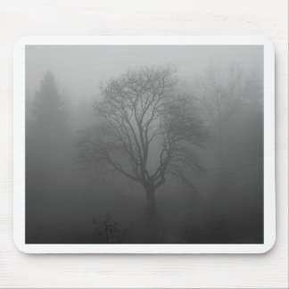 Árbol en la niebla mouse pad